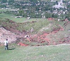 Кара-Суу районундагы Папан айыл аймагындагы Кызыл-Туу айылында жалпы көлөмү болжол менен 32 миң кубометр болгон жер көчкү