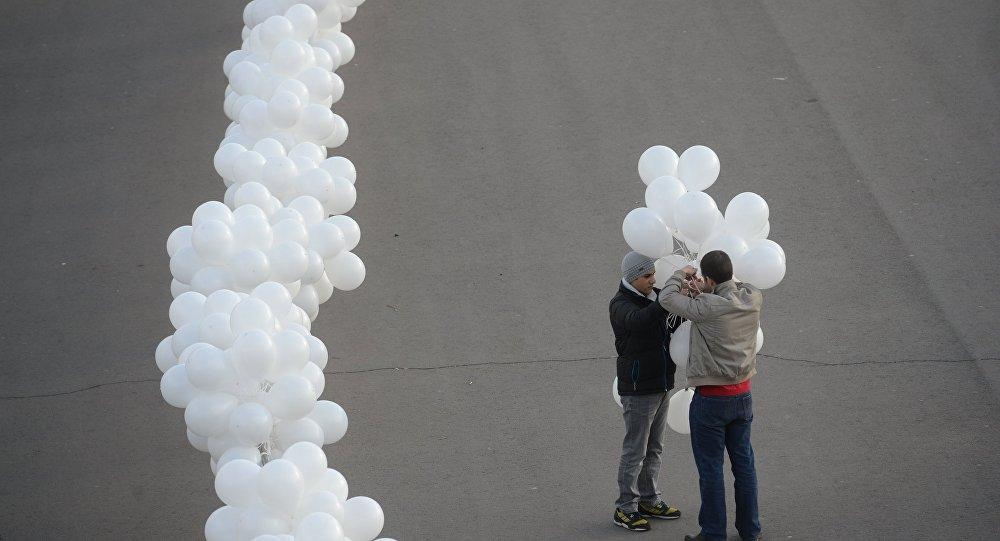 Мужчины с белыми шарами. Архивное фото
