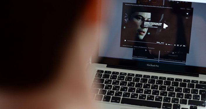 Пользователь смотрит фильм онлайн. Архивное фото