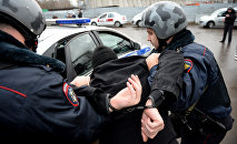 Россиянын полиция кызматкерлери шектүүнү кармоо учурунда. Архив