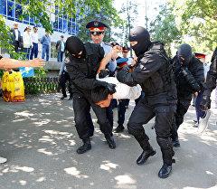 Алматыда митингге чыккандарды кармоо учурунда тартылган сүрөттөр