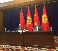 Министр иностранных дел КР Эрлан Абдылдаев во время встречи с коллегой из Китая Ван И