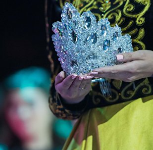Корона победительницы конкурса красоты Мисс Кыргызстан. Архивное фото