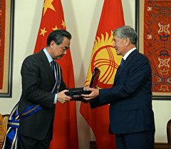 Президент Алмазбек Атамбаев Кытайдын тышкы иштер министри Ван Ини Данакер ордени менен сыйлоо учурунда