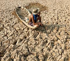 Камбоджадагы Кандал провинциясында кургап калган көл. Архив