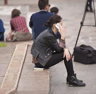 Архивное фото девушки, которая разговаривает по телефону