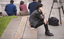 Девушка разговаривает по телефону. Архивное фото