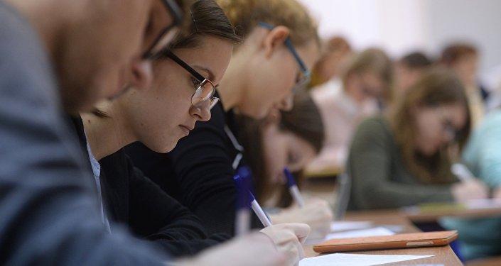 Выпускники во время экзамена. Архивное фото