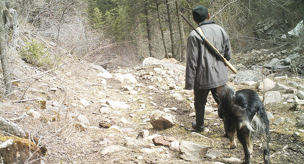 Человек с ружьем в национальном природном парке Салкын-Тор.