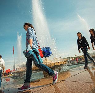 Девушки у фонтанов на площади Ала-Тоо в Бишкеке. Архивное фото