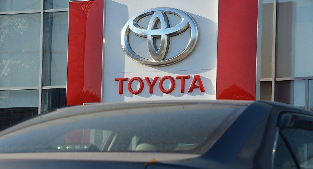 Автомобиль Toyota у салона компании. Архивное фото