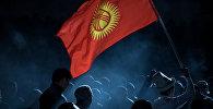Кыргызстандын желегин көтөргөн спортсмен. Архивдик сүрөт