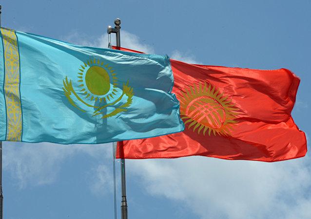 Кыргызстандын жана Казакстандын желеги. Архив