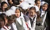 Дети на линейке первого сентября в одном из школ Бишкека. Архивное фото