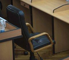 Кресло министра на заседании правительства Кыргызстана. Архивное фото