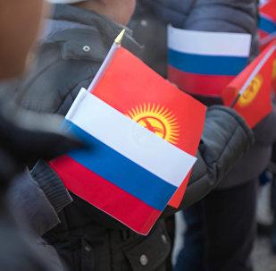 Кыргызстандын жана Россиянын желеги. Архивдик сүрөт