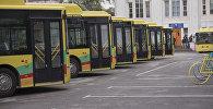 Автобусы подаренные Китаем у здания мэрии города Бишкек. Архивное фото