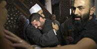 Имам мечети соболезнует мужчине, который потерял четырех родственников в авиакатастрофе самолета EgyptAir, потерпевшего крушение в Средиземном море.