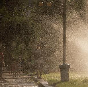 Брызги фонтанов в жаркую погоду. Архивное фото