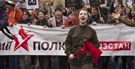 Участники шествия на акции Бессмертный полк в честь празднования 71-й годовщины Победы в Великой Отечественной войне в Бишкеке