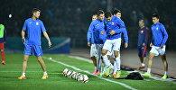 Футболисты сборной Кыргызстана разминаются перед матчем. Архивное фото