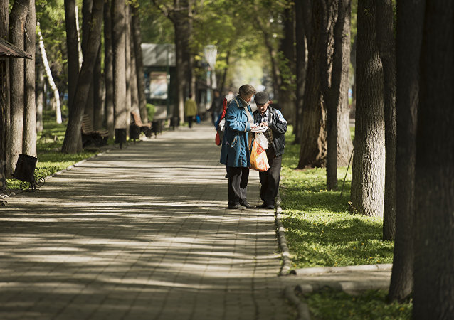 Жители Бишкека в бульваре Эркиндик. Архивное фото