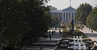 Аллея перед зданием мэрии города Бишкек. Архивное фото