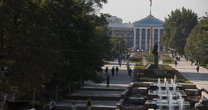 Аллея Молодежи перед зданием мэрии города Бишкек. Архивное фото