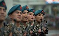 Военнослужащие маршируют во время дождя. Архивное фото