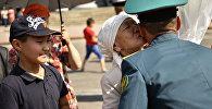 Мать целует ребенка. Архивное фото