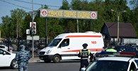 Сотрудники полиции и машина скорой помощи у Хованского кладбища в Москве, где произошла массовая драка со стрельбой.