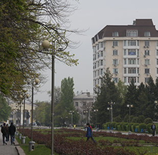 Люди на аллее Молодежи в городе Бишкек. Архивное фото