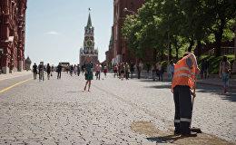 Мигрант на Красной площади, Москва. Архивное фото