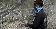 Мигрант на границе Македонии и Греции. Архивное фото