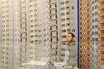 Мужчина у стенда по продаже недвижимости. Архивное фото