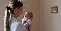 Женщина держит ребенка. Архивное фото