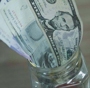 Сомовые и долларовые купюры. Архивное фото