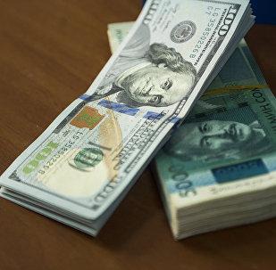 АКШ долларлары жана 5000 сомдук купюралар. Архив