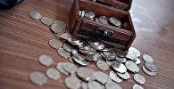 Монеталар жана сандыкча. Архивдик сүрөт