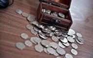 Монеты и сундучок на столе. Архивное фото