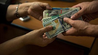 Передача крупных валют денег. Архивное фото