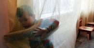 Ребенок за ширмой. Архивное фото