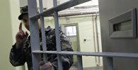 Сотрудник следственного изолятора закрывает дверь камеры. Архивное фото