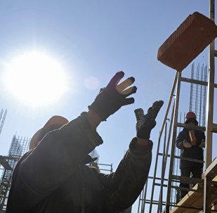 Рабочие на стройке. Архивное фото