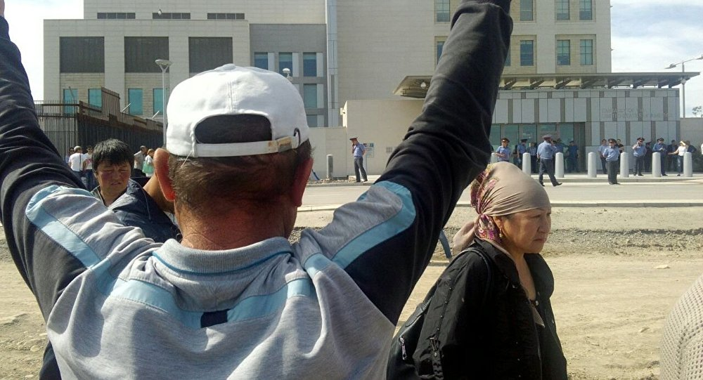 АКШнын Бишкек шаарындагы элчилик имаратынын алдына насыя алгандардын укугун коргогон Элдик кыймылдын тарапташтарынын митинги