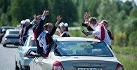 Выпускники катаются на автомобиле. Архивное фото