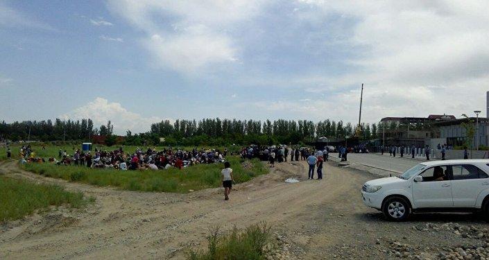 У здания посольства США в Кыргызстане проходит митинг сторонников Народного движения по защите прав заемщиков Кыргызстана
