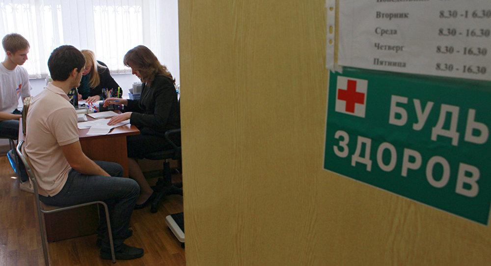 Учащиеся одной из школ беседуют с психологами. Архивное фото