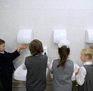 Первоклассники моют руки. Архивное фото