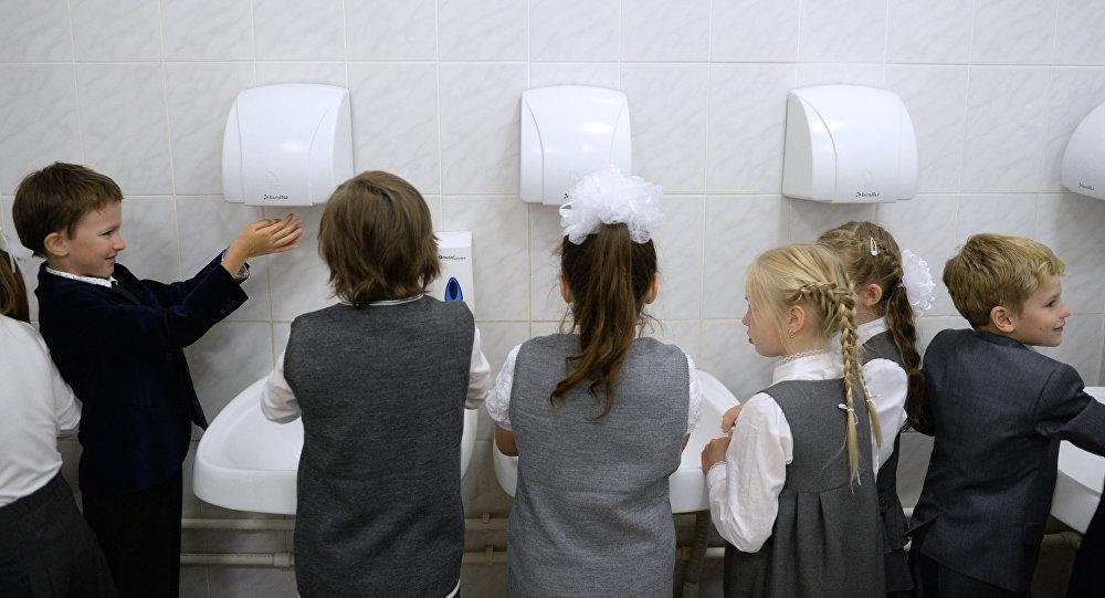 Школьники моют руки перед обедом в одной из школ. Архивное фото